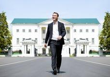 Retrato integral de un hombre de negocios joven que camina abajo de la Roa fotografía de archivo libre de regalías