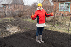 Retrato integral de un jardinero sonriente de la mujer que muestra el pulgar para arriba Fotos de archivo