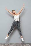 Retrato integral de un salto lindo alegre de la mujer Fotografía de archivo