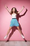 Retrato integral de una chica joven en el salto del vestido Imagen de archivo
