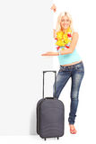 Retrato integral de una hembra joven con la maleta   Imágenes de archivo libres de regalías