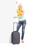Retrato integral de una hembra joven con la maleta Fotografía de archivo