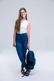 Retrato integral de una mochila feliz de la tenencia de la muchacha Imagen de archivo
