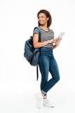 Retrato integral de una mochila que lleva sonriente del adolescente Imágenes de archivo libres de regalías