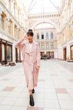 Retrato integral de una muchacha elegante en capa rosada Imágenes de archivo libres de regalías