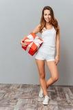 Retrato integral de una mujer casual que sostiene la caja de regalo Fotografía de archivo libre de regalías