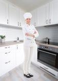 Retrato integral del cocinero de la mujer en cocina moderna Foto de archivo