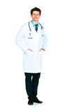 Retrato integral del doctor que se coloca en un blanco Fotografía de archivo