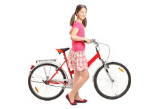 Retrato integral una muchacha que sostiene una bici Foto de archivo libre de regalías