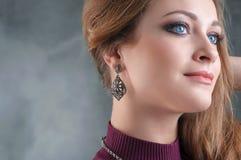Retrato interior de la muchacha hermosa con el pelo largo, los labios rojos y f Imagen de archivo