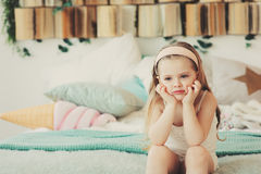 Retrato interior de los 5 años tristes de la muchacha del niño Imagen de archivo libre de regalías