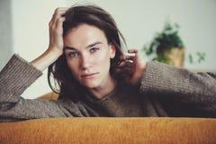 Retrato interior de mujeres jovenes pensativas femeninas hermosas solamente fotografía de archivo