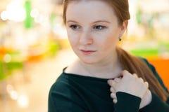 Retrato interno da jovem mulher Fotos de Stock