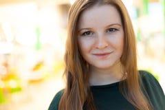 Retrato interno da jovem mulher Foto de Stock Royalty Free