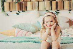 Retrato interno de 5 anos tristes da menina idosa da criança Imagem de Stock Royalty Free