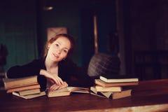 Retrato interno de livros bonitos da aprendizagem ou de leitura da mulher do ruivo na universidade fotografia de stock royalty free