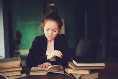 Retrato interno de livros bonitos da aprendizagem ou de leitura da mulher do ruivo na universidade foto de stock royalty free