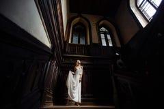 Retrato interno do verão da menina consideravelmente bonito dos jovens Mulher bonita que levanta ao lado da janela do conto de fa fotografia de stock royalty free