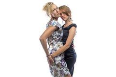 Retrato isolado de duas irmãs eretas Fotografia de Stock Royalty Free