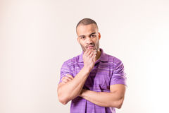 Retrato isolado de duvidar o homem africano Foto de Stock Royalty Free