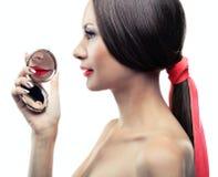Retrato isolado de uma menina com um espelho Fotografia de Stock Royalty Free