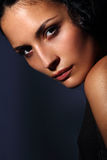 Retrato italiano joven del modelo de moda con la piel perfecta en fondo oscuro Fotos de archivo libres de regalías