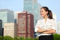 Retrato japonês asiático da mulher de negócio no Tóquio fotografia de stock