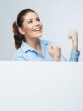 Retrato joven acertado de la mujer de negocios hacia fuera el blanco en blanco b Imagen de archivo
