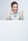 Retrato joven acertado de la mujer de negocios hacia fuera el blanco en blanco b Fotos de archivo