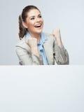 Retrato joven acertado de la mujer de negocios hacia fuera el blanco en blanco b Imagenes de archivo