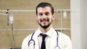 Retrato joven atractivo del doctor en un cuarto de hospital almacen de video