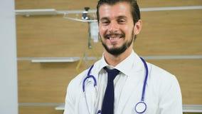 Retrato joven atractivo del doctor en un cuarto de hospital metrajes