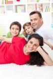 Retrato joven de la familia en su hogar Fotografía de archivo