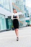 Retrato joven de la mujer de negocios Imagenes de archivo