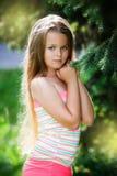 Retrato joven del adolescente con el fondo verde natural del seto Imagenes de archivo