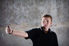Retrato joven del adolescente con el teléfono móvil Foto de archivo