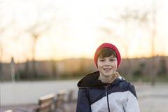 Retrato joven del adolescente que lleva un sombrero rojo Foto de archivo libre de regalías
