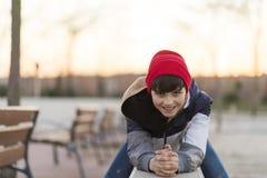 Retrato joven del adolescente que lleva un sombrero rojo Imagen de archivo