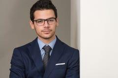 Retrato joven del hombre de negocios en la oficina Fotos de archivo libres de regalías