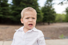 Retrato joven del niño fuera de inseguro fotos de archivo libres de regalías
