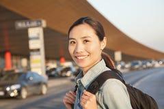 Retrato joven del viajero fuera del aeropuerto Fotografía de archivo libre de regalías