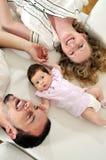 Retrato joven feliz de la familia Imagen de archivo