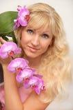 Retrato joven rubio atractivo de la muchacha de los ojos azules con el beautif Fotos de archivo