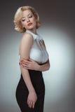 Retrato joven y hermoso de la muchacha Pin-para arriba de la mujer encendido Fotografía de archivo