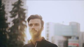 retrato 4K de un hombre caucásico que mira adelante Concepto de confianza Hombre de negocios positivo fuerte hermoso barbudo almacen de video