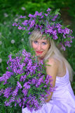 Retrato la mujer hermosa con las flores Imagen de archivo