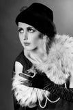 Retrato labrado retro de una mujer joven con las perlas Fotografía de archivo libre de regalías