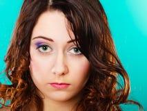 Retrato largo del pelo rizado de la cara de la mujer del primer Foto de archivo libre de regalías