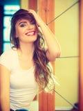Retrato largo sonriente del pelo de la muchacha adolescente Fotografía de archivo libre de regalías