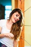 Retrato largo sonriente del pelo de la muchacha adolescente Imágenes de archivo libres de regalías